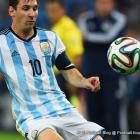 Lionel Messi ap kontrole boul la